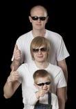 Ο πατέρας και οι γιοι που δίνουν τους αντίχειρες υπογράφουν επάνω Στοκ Εικόνες