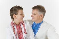 Ο πατέρας και ο γιος εξετάζουν ο ένας τον άλλον στοργικά Στοκ Εικόνα