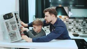 Ο πατέρας και ο γιος επισκευάζουν έναν υπολογιστή απόθεμα βίντεο