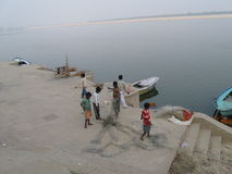 Ο πατέρας και τα παιδιά ξεμπερδεύουν το δίχτυ του ψαρέματος κοντά σε Assi Ghat Varanasi Ινδία στοκ φωτογραφίες με δικαίωμα ελεύθερης χρήσης