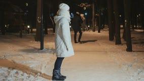 Ο πατέρας καλεί την κόρη σε τον στο χειμερινό πάρκο και η μητέρα παρατηρεί μετά από τους απόθεμα βίντεο