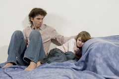 ο πατέρας κορών αισθάνεται θλιβερός στοκ εικόνες