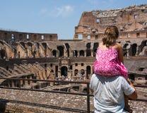 Ο πατέρας κρατά την κόρη του στους ώμους του για να δει τον εσωτερικό χώρο Coliseum Στοκ φωτογραφία με δικαίωμα ελεύθερης χρήσης