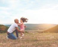 Ο πατέρας κρατά την όμορφη κόρη του και είναι αγκάλιασμα στοκ φωτογραφία με δικαίωμα ελεύθερης χρήσης