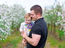 Ο πατέρας κρατά τη μικρή κόρη σε ετοιμότητα Στοκ Εικόνες