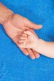 Ο πατέρας κρατά babys το χέρι Στοκ φωτογραφίες με δικαίωμα ελεύθερης χρήσης