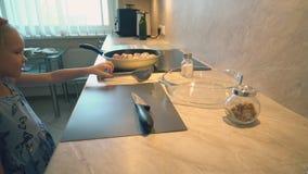Ο πατέρας μαγειρεύει τα τυμπανόξυλα κοτόπουλου για τα παιδιά του για το γεύμα φιλμ μικρού μήκους