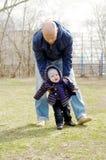 Ο πατέρας μαθαίνει το γιο του για να πηγαίνει υπαίθρια την άνοιξη Στοκ Φωτογραφίες