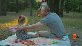 Ο πατέρας με λίγη κόρη περιμένει τη μητέρα με τα τρόφιμα στο πικ-νίκ φιλμ μικρού μήκους