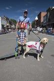 Ο πατέρας, ο γιος και το σκυλί γιορτάζουν στις 4 Ιουλίου, παρέλαση ημέρας της ανεξαρτησίας, Telluride, Κολοράντο, ΗΠΑ Στοκ Φωτογραφία