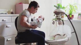 Ο πατέρας παίρνει το μωρό από το λίκνο φιλμ μικρού μήκους