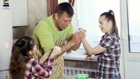 Ο πατέρας πειράζει τις μικρές κόρες που κονιοποιούν τις μύτες με το αλεύρι απόθεμα βίντεο