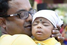 Ο πατέρας που κρατά μια παρουσίαση αγοράκι είναι καθημερινά ημέρα του πατέρα στοκ εικόνες με δικαίωμα ελεύθερης χρήσης