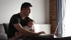 Ο πατέρας προσπαθεί να συνεργαστεί με ένα παιδί ο απόθεμα βίντεο