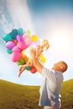 Ο πατέρας ρίχνει την κόρη Παιχνίδι Familly μαζί στο πάρκο με το BA Στοκ Εικόνες