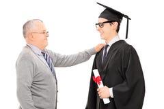 Ο πατέρας συγχαίρει το γιο του για τη βαθμολόγηση στοκ εικόνες με δικαίωμα ελεύθερης χρήσης