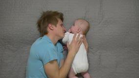 Ο πατέρας φιλά το αγοράκι απόθεμα βίντεο