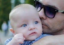 Ο πατέρας φιλά το γιο του Στοκ φωτογραφίες με δικαίωμα ελεύθερης χρήσης