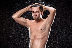 Ο παφλασμός νερού στο αρσενικό πρόσωπο Στοκ Φωτογραφία