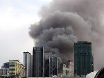 Ο παχύς καπνός εκρήγνυται στο κέντρο της πόλης Μπανγκόκ στοκ εικόνες