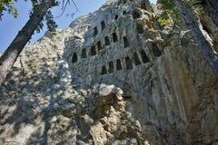 Ο παλαιός αετός αδύτων Thracian λικνίζει κοντά στην πόλη Ardino, περιοχή Kardzhali Στοκ Εικόνες