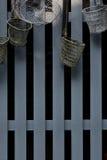 Ο παλαιός διηθητήρας νουντλς κρεμά στο γκρίζο πηχάκι Στοκ Φωτογραφίες