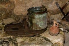 Ο παλαιός κάδος και η κανάτα αργίλου στο φρεάτιο νερού στο χωριό της Ναζαρέτ, Ισραήλ Στοκ Φωτογραφίες