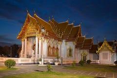 Ο παλαιός μαρμάρινος ναός Wat Benchamabophit στη Μπανγκόκ στο φωτισμό νύχτας Ταϊλάνδη Στοκ Φωτογραφίες