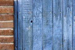Ο παλαιός ξεπερασμένος ξύλινος φράκτης λεκίασε το μπλε Στοκ φωτογραφία με δικαίωμα ελεύθερης χρήσης