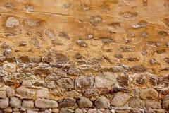 Ο παλαιός πέτρινος τοίχος έκανε από τους βράχους γρανίτη και έσχισε το ασβεστοκονίαμα Στοκ εικόνα με δικαίωμα ελεύθερης χρήσης
