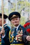 Ο παλαιός παλαίμαχος έρχεται να γιορτάσει την ημέρα νίκης στον εορτασμό των σοβιετικών στρατιωτών που πέθαναν κατά τη διάρκεια το Στοκ Εικόνα