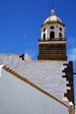 Ο παλαιός πύργος κουδουνιών εκκλησιών πεζουλιών τοίχων Στοκ Φωτογραφίες