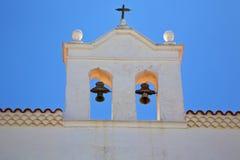Ο παλαιός πύργος κουδουνιών εκκλησιών πεζουλιών Στοκ φωτογραφία με δικαίωμα ελεύθερης χρήσης