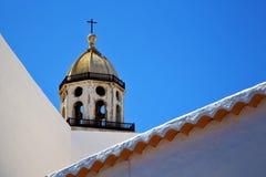 Ο παλαιός πύργος κουδουνιών εκκλησιών πεζουλιών teguise arrecife Lanzarote Στοκ Εικόνες