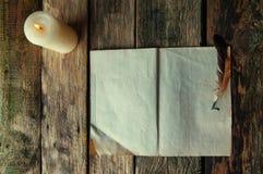 Ο παλαιός συγγραφέας στούντιο σε ένα ξύλινο υπόβαθρο άνωθεν στοκ φωτογραφίες
