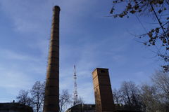 Ο παλαιός σωλήνας και ο νέος πύργος TV Στοκ φωτογραφία με δικαίωμα ελεύθερης χρήσης