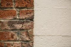 Ο παλαιός τουβλότοιχος αντιπαλήθηκε τον άσπρο τοίχο στοκ εικόνα