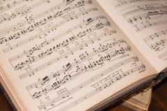 Ο παλαιός τρύγος άνοιξε το μουσικό βιβλίο Στοκ Εικόνες