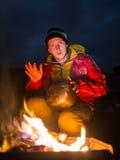 Ο πεζοπορία τουρίστας έχει ένα υπόλοιπο στο στρατόπεδό του τη νύχτα στοκ φωτογραφία με δικαίωμα ελεύθερης χρήσης