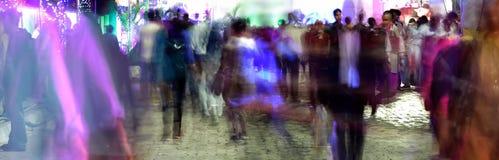 Ο πεζός περπατά στη ώρα κυκλοφοριακής αιχμής Στοκ Εικόνες