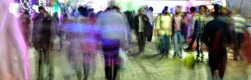 Ο πεζός περπατά στη ώρα κυκλοφοριακής αιχμής Στοκ Φωτογραφίες