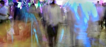 Ο πεζός περπατά στη ώρα κυκλοφοριακής αιχμής Στοκ φωτογραφία με δικαίωμα ελεύθερης χρήσης