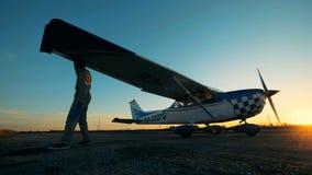 Ο πειραματικός έλεγχος aiplane σε ένα αεροδρόμιο, κλείνει επάνω απόθεμα βίντεο