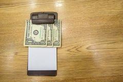 Ο πελάτης έδωσε τα μετρητά σε χαρτί λογαριασμών Άκρες τραπεζογραμματίων αμερικανικών δολαρίων στη μαύρη παραλαβή λογαριασμών δέρμ Στοκ εικόνες με δικαίωμα ελεύθερης χρήσης