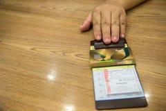 Ο πελάτης έδωσε την πιστωτική κάρτα σε χαρτί λογαριασμών, στη μαύρη παραλαβή λογαριασμών δέρματος Στοκ εικόνα με δικαίωμα ελεύθερης χρήσης