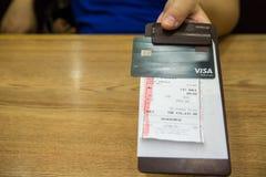 Ο πελάτης έδωσε την πιστωτική κάρτα σε χαρτί λογαριασμών, στη μαύρη παραλαβή λογαριασμών δέρματος Στοκ φωτογραφία με δικαίωμα ελεύθερης χρήσης