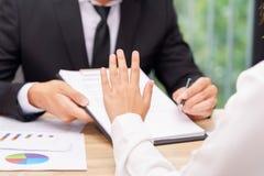 Ο πελάτης ή η γυναίκα λέει το αριθ. ή τη λαβή επάνω όταν επιχειρηματίας που δίνει τη μάνδρα Στοκ Εικόνες