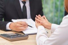 Ο πελάτης ή η γυναίκα λέει το αριθ. ή τη λαβή επάνω όταν επιχειρηματίας που δίνει τη μάνδρα Στοκ φωτογραφία με δικαίωμα ελεύθερης χρήσης
