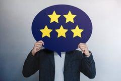 Ο πελάτης δοκιμάζει την έννοια Ευτυχής πελάτης που παρουσιάζει πέντε αστέρια που εκτιμούν για τη θετική αναθεώρηση στην κάρτα λεκ στοκ εικόνα με δικαίωμα ελεύθερης χρήσης