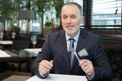 Ο πεπειραμένος ανώτερος διευθυντής διοργανώνει τη συνεδρίαση στον καφέ Στοκ εικόνα με δικαίωμα ελεύθερης χρήσης